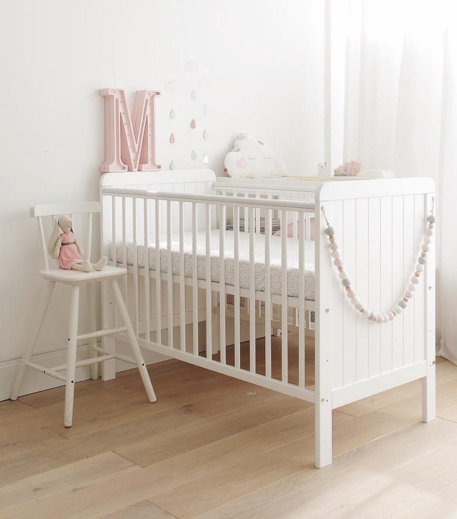 Łóżeczko niemowlęce i dziecięce Country Cot - łóżeczka dla niemowląt i dzieci z funkcją tapczanika 120x60 w stylu rustykalnym | Woodies® Safe Dreams - meble i materace dla dzieci
