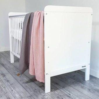 Pajpeczka Opinie, drewniane łóżeczko dziecięce, łóżeczko niemowlęce dla dziewczynki i chłopca Country Cot 120×60 Woodies® Safe Dreams- łóżeczka dla niemowląt