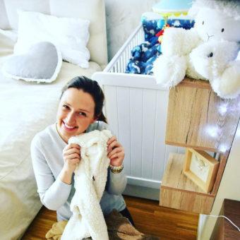 anna-gzyra-Opinie,-drewniane-łóżeczko-Country-Cot-Woodies®Safe Dreams  łóżeczka z wyposażeniem, lozka, łóżko z szufladą, łóżeczko dziecięce z szufladą, w łóżeczku materac dla niemowlaka, łóżeczko białe,  łóżeczko dla noworodka,  lozka dziecięce, dla noworodka, łóżeczko dziecięce z przewijakiem, łóżeczko białe z szufladą, łóżko drewniane dla dziecka, łóżeczko dla noworodka, łóżeczko drewniane dla dziecka Woodies – łóżka drewniane dla dzieci, łóżka dla dzieci drewniane, pokoik dla niemowlaka, wyprawka dla noworodka sklep, łóżko z wyposażeniem, łóżeczko wyposażeniem, wyprawka dla niemowlaka sklep, wyprawka do łóżeczka,