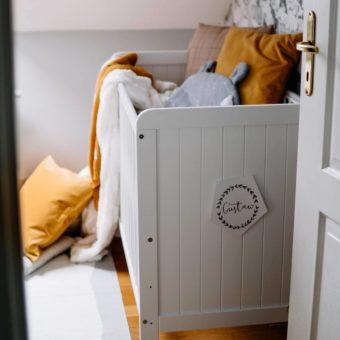 tables_moods Opinie dziecięce drewniane łóżeczko, łóżeczka dla dzieci ws stylu rustykalnym, łóżeczko dziecięce, łóżeczko, łóżeczka, łóżeczko dla dziecka, łóżeczka drewniane, łóżeczko niemowlęce, łóżeczka, Country Cot Woodies ® Safe Dreams  łóżeczka z wyposażeniem, lozka, łóżko z szufladą, łóżeczko dziecięce z szufladą, w łóżeczku materac dla niemowlaka, łóżeczko białe,  łóżeczko dla noworodka,  lozka dziecięce, dla noworodka, łóżeczko dziecięce z przewijakiem, łóżeczko białe z szufladą, łóżko drewniane dla dziecka, łóżeczko dla noworodka, łóżeczko drewniane dla dziecka Woodies – łóżka drewniane dla dzieci, łóżka dla dzieci drewniane, pokoik dla niemowlaka, wyprawka dla noworodka sklep, łóżko z wyposażeniem, łóżeczko wyposażeniem, wyprawka dla niemowlaka sklep, wyprawka do łóżeczka niemowlęce,