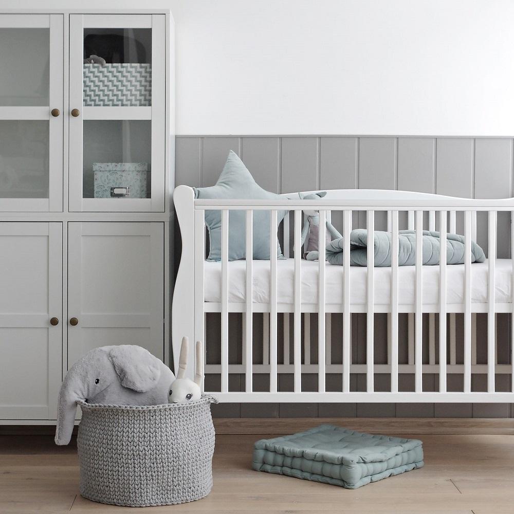 Łóżeczko niemowlęce i dziecięce Noble Cot, białe, z wezgłowiem w stylu amerykańskim - łóżeczka dla niemowląt i dzieci z opcją tapczanika 120x60 | Woodies® Safe Dreams - meble i materace dla dzieci