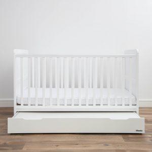 Drewniane, białe łóżeczko niemowlęce i dziecięce 140x70 z klasycznym, minimalistycznym zdobieniem boków i materacem dziecięcym i niemowlęcym do łóżeczka 140x70_11 | Meble dziecięce i materace do łóżeczek dla dzieci Woodies® Safe Dreams certyfikowane niemowlęce i dziecięce drewniane łóżeczko Classic Cot Woodies® Safe Dreams cornelliaas Strona Główna, drewniane łóżeczko, łóżeczko dla noworodka, Hampton Cot Bed Woodies® Safe Dreams- łóżeczka z wyposażeniem, lozka, łóżko z szufladą, łóżeczko dziecięce z szufladą, w łóżeczku materac dla niemowlaka, łóżeczko białe, łóżeczko dla noworodka, lozka dziecięce, dla noworodka, łóżeczko dziecięce z przewijakiem, łóżeczko białe z szufladą, łóżko drewniane dla dziecka, łóżeczko dla noworodka, łóżeczko drewniane dla dziecka Woodies - łóżka drewniane dla dzieci, łóżka dla dzieci drewniane, pokoik dla niemowlaka, wyprawka dla noworodka sklep, łóżko z wyposażeniem, łóżeczko wyposażeniem, wyprawka dla niemowlaka sklep, wyprawka do łóżeczka,
