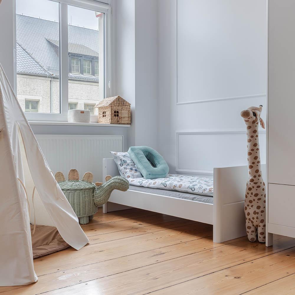 Drewniane łóżeczko dziecięce i niemowlęce Smooth Cot Bed 140x70 łóżeczko dla trzylatka Woodies Safe Dreams drewniane meble dla dzieci wyprawka dla niemowlaka (1)