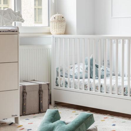 Łóżeczko dziecięce i niemowlęce Smooth Cot Bed 140x70 Woodies Safe Dreams drewniane meble dla dzieci wyprawka dla niemowlaka