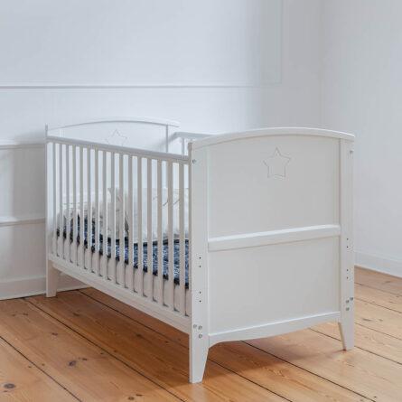 Łóżeczko niemowlęce i dziecięce Starlight Cot Bed, białe - łóżeczka dla niemowląt i dzieci z opcją Junior 140x70 Woodies® Safe Dreams - meble i materace dla dzieci (2)